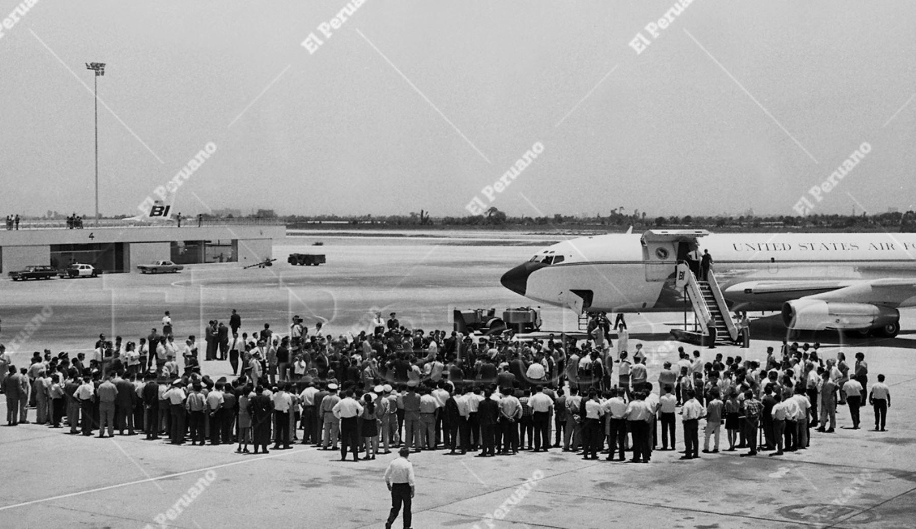 Callao - 17 febrero 1970 / Aterrizaje del avión de la Fuerza Aérea de Estados Unidos que trajo a los astronautas del Apolo XII: Charles Conrad, Richard Gordon y Alan Bean. Foto: ANDINA/archivo