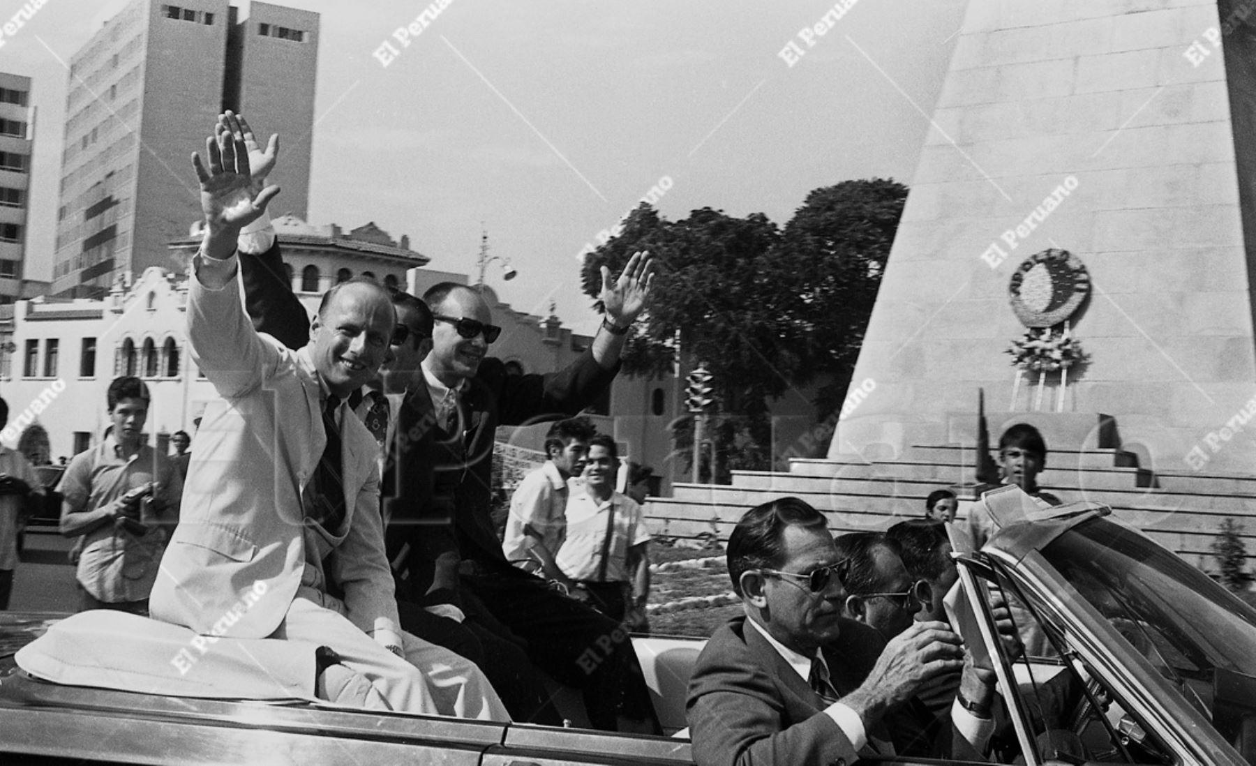 Lima - 17 febrero 1970 / Una multitud aclamó a los astronautas del Apolo XII: Charles Conrad, Richard Gordon y Alan Bean en su recorrido del aeropuerto al centro de la capital. Archivo