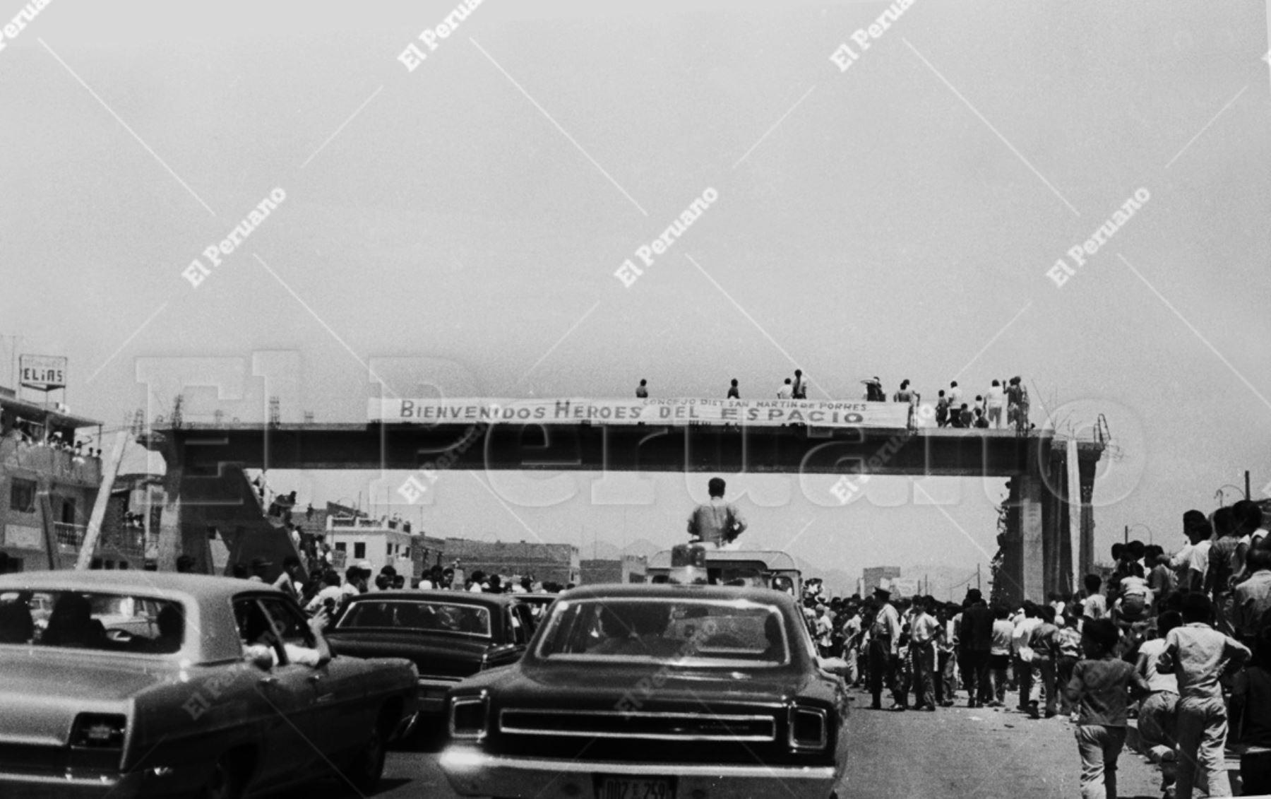 Lima - 17 febrero 1970 / Una multitud aclamó a los astronautas del Apolo XII: Charles Conrad, Richard Gordon y Alan Bean en su recorrido del aeropuerto al centro de la capital.