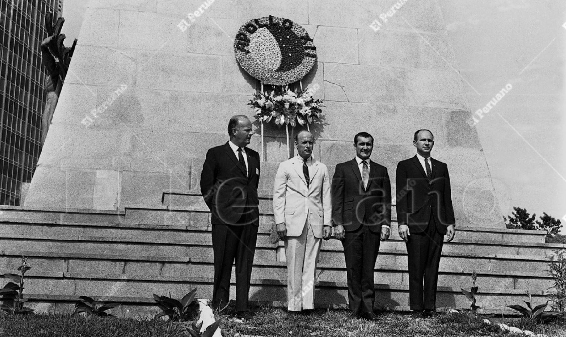 Lima - 17 febrero 1970 / Los astronautas del Apolo XII: Charles Conrad, Richard Gordon y Alan Bean rindieron un emotivo homenaje a Jorge Chávez, héroe de la aviación nacional. Archivo