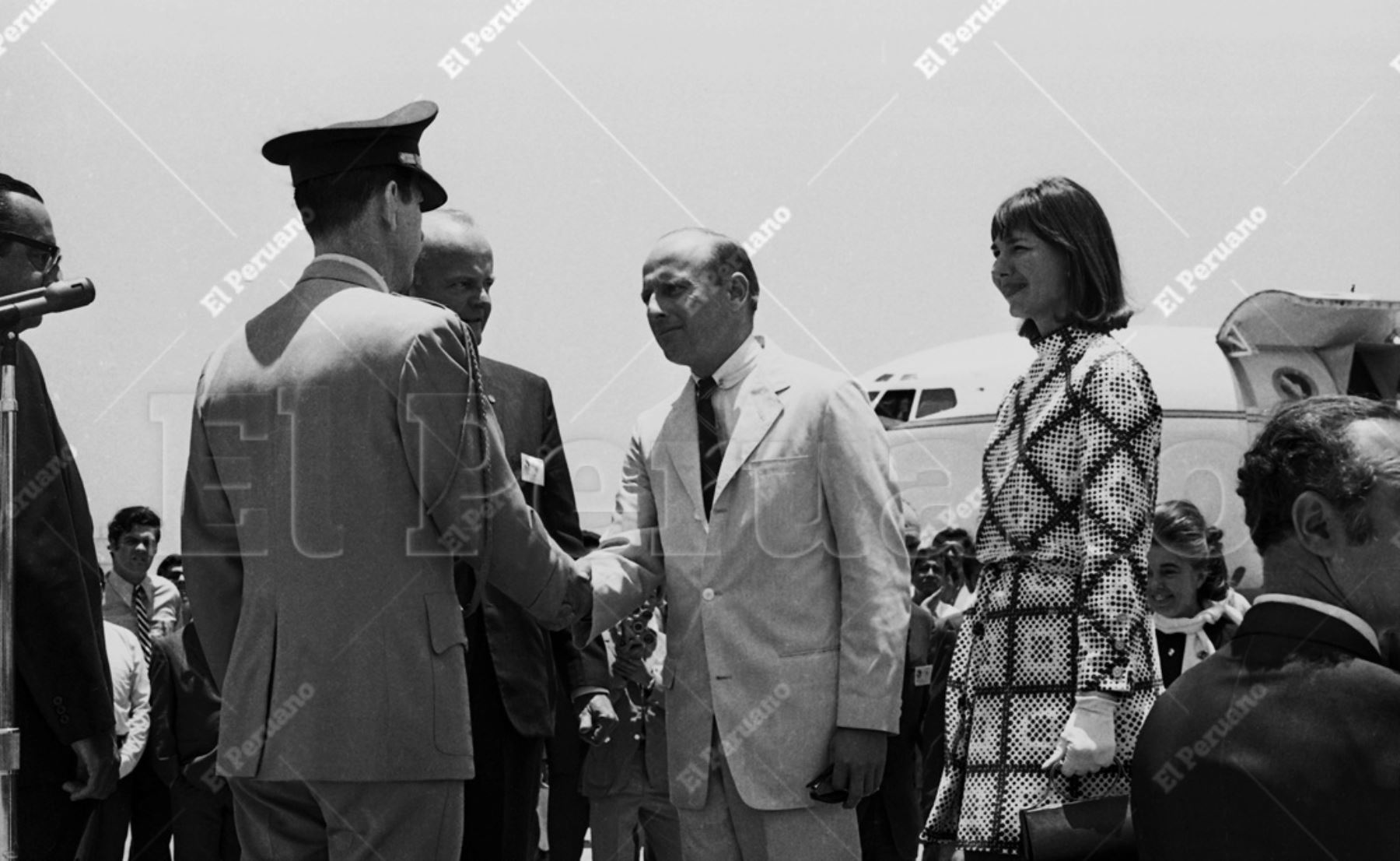 Lima - 17 febrero 1970 / A poco de pisar tierra peruana, Charles Conrad, comandante del Apolo XII, recibe el saludo del edecán del presidente de la República.