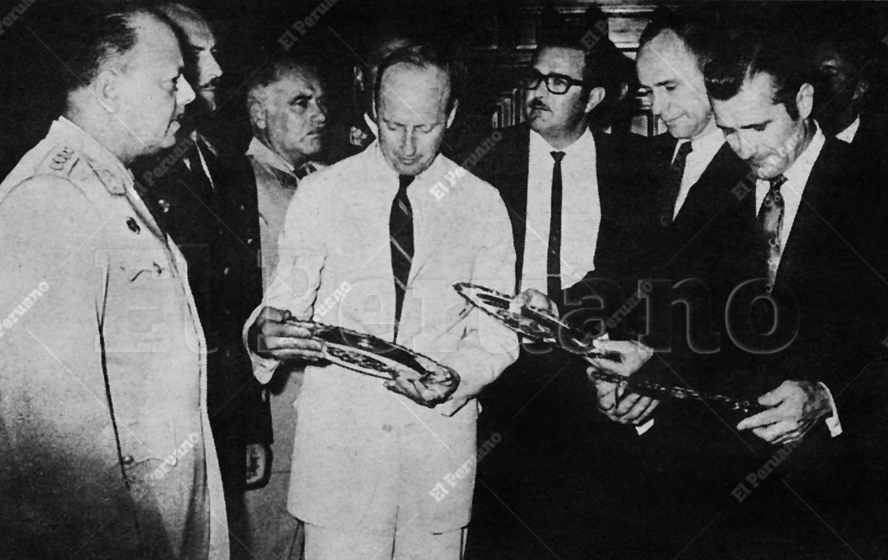 Lima - 17 febrero 1970 / El presidente Juan Velasco Alvarado dio la bienvenida y entregó platos recordatorios de plata con el Escudo Peruano a Charles Conrad, Alan Bean y Richard Gordon, astronautas del Apolo XII. Archivo