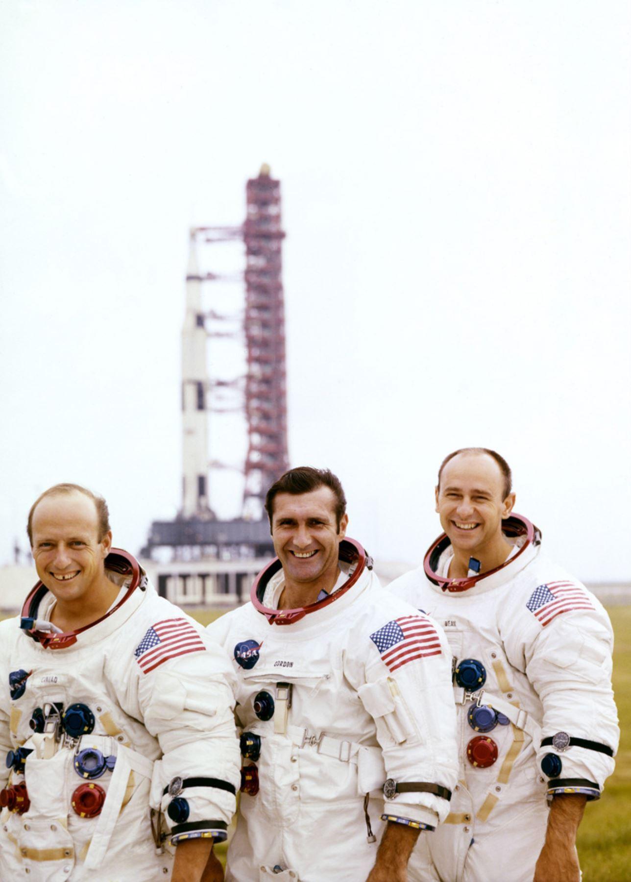 """Fotografía tomada en noviembre de 1969 de los astronautas estadounidenses de la misión Apolo 12 (LR) Charles """"Pete"""" Conrad, Jr., comandante, Richard F. Gordon, piloto del módulo de comando, y Alan L. Bean, piloto del módulo lunar. AFP"""