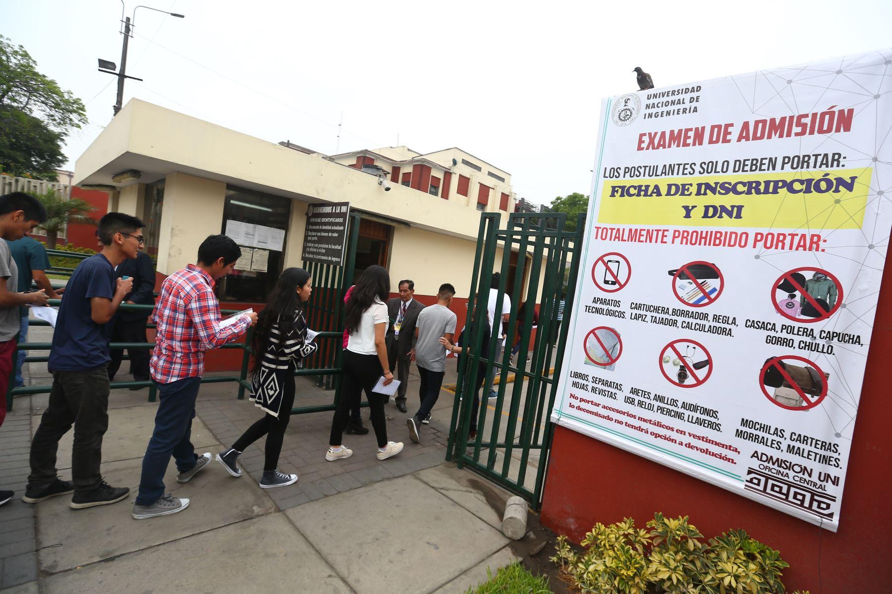 Miles de postulantes acudieron a la sede de la Universidad Nacional de Ingeniería para rendir el examen de admisión 2020. Foto: ANDINA / Jhonel Rodríguez Robles