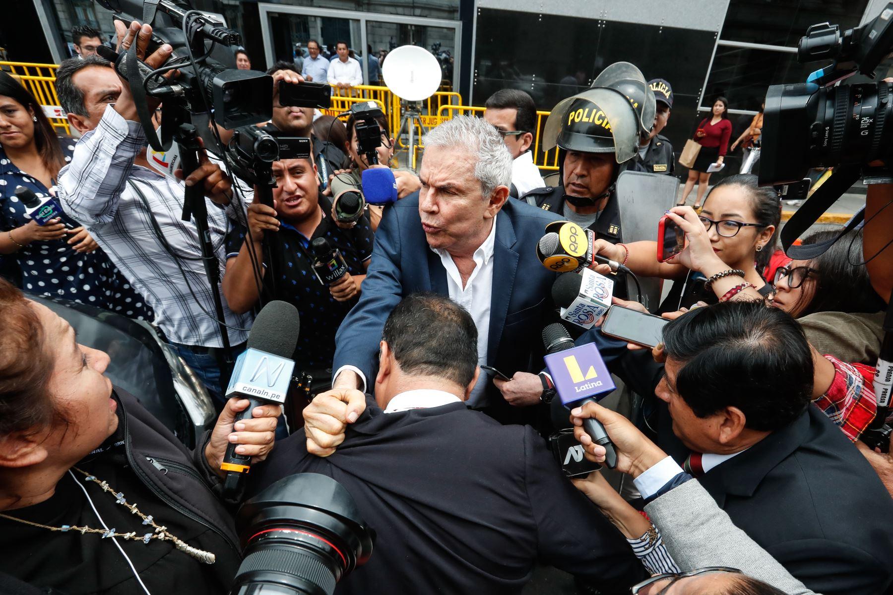 Exalcalde de Lima Luis Castañeda Lossio, a su salida de la audiencia de requerimiento de prisión preventiva. Foto: ANDINA/Renato Pajuelo