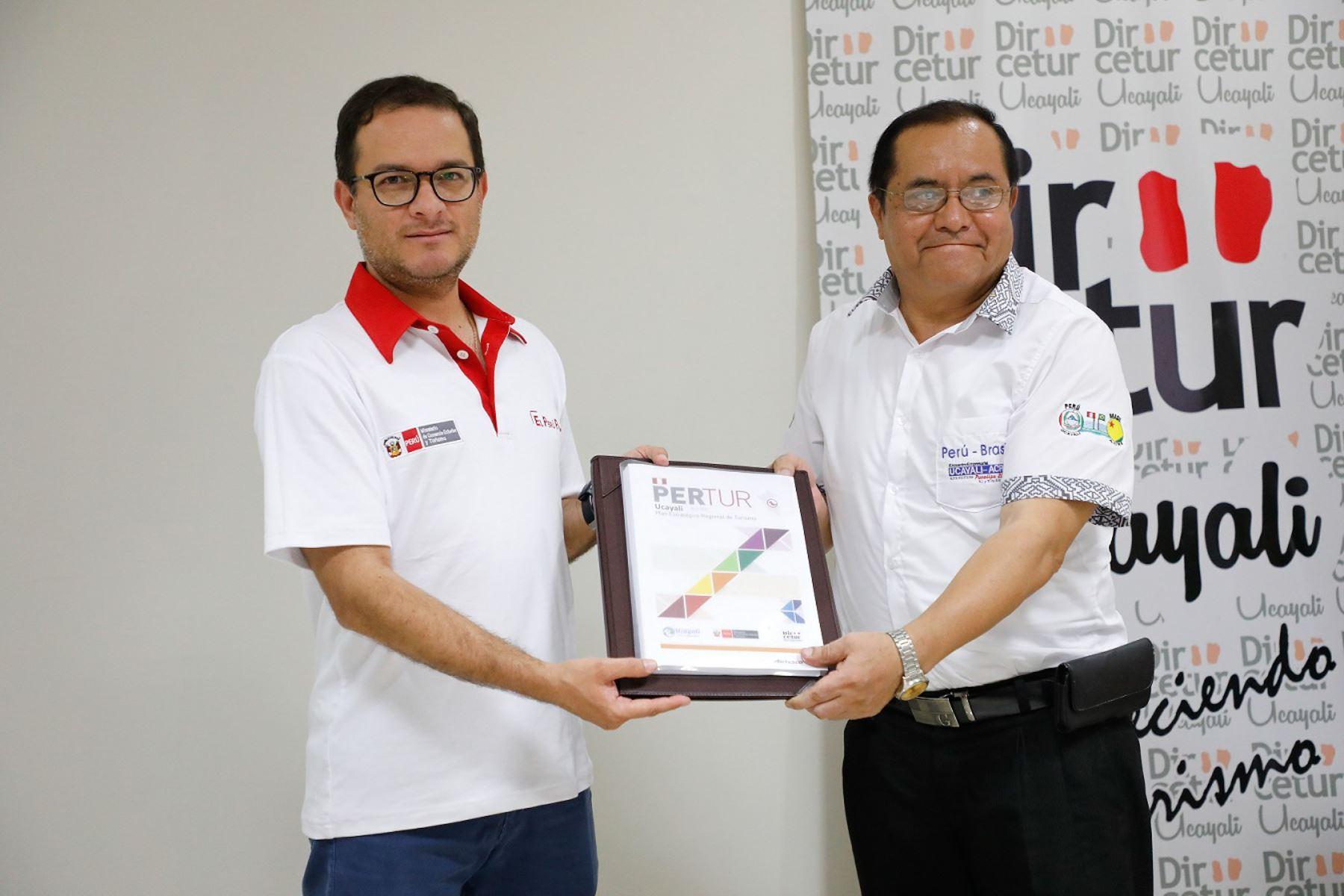 El titular del Mincetur, Edgar Vásquez, entregó el Plan Regional de Turismo de Ucayali al 2025, cuya elaboración fue un proceso liderado por el gobierno regional.