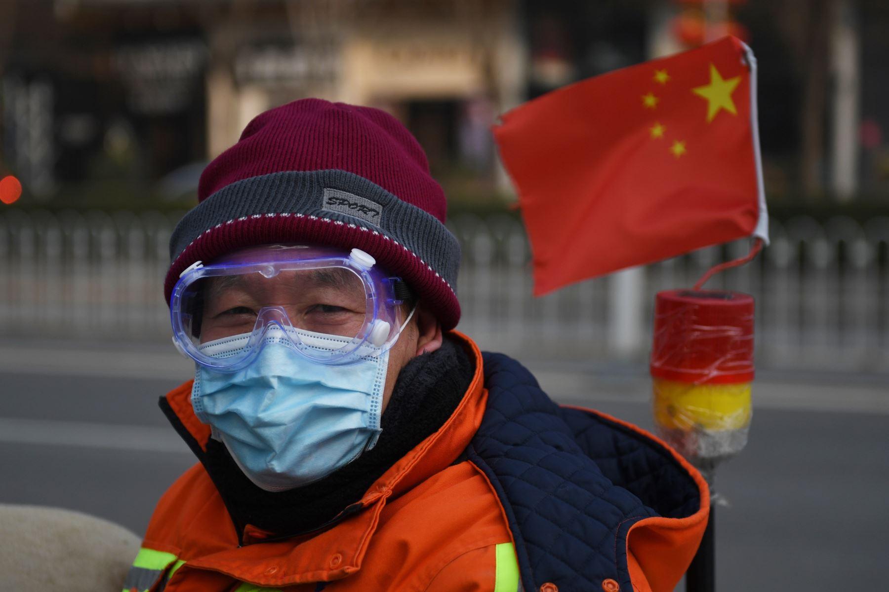 """El número de muertos por un nuevo brote de coronavirus aumentó a más de 1,000  cuando la Organización Mundial de la Salud (OMS) advirtió que las personas infectadas que  han viajado de China podrían ser la chispa para un """"fuego más grande"""". AFP"""