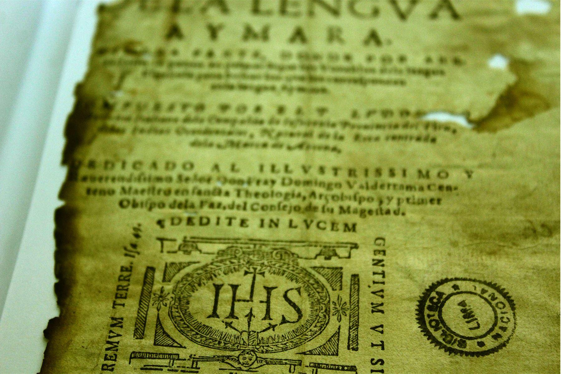 Primer impreso peruano: Diccionario de la Lengua Aymara de 1612. Ejemplar recuperado del incendio de 1943 de la Biblioteca Nacional. Foto: Harold Moreno.