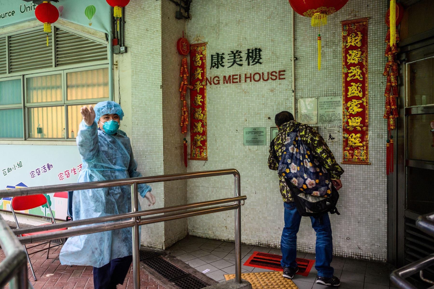 Las autoridades dijeron que la reubicación de residentes en el distrito de Tsing Yi fue una medida de precaución después de que tres miembros de la misma familia contrajeron el virus. AFP