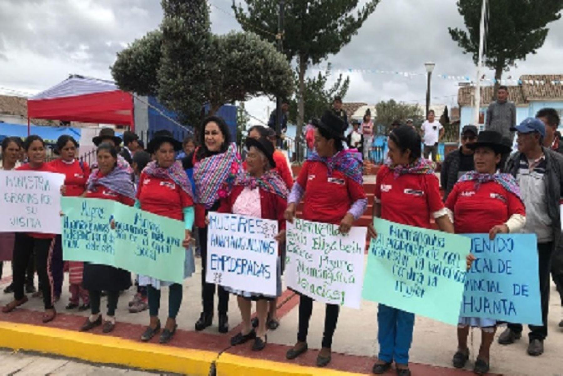 La firma del convenio interinstitucional estuvo presidida por las ministras de la Mujer y Poblaciones Vulnerables, Gloria Montenegro; y  de Trabajo y Promoción del Empleo, Silvia Cáceres, entre otros representantes de la región Ayacucho.