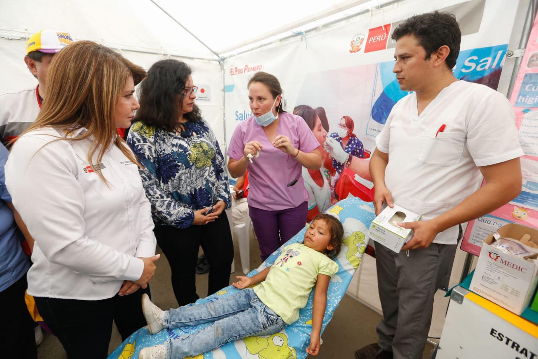 Ministros de los sectores salud, Mujer y Agricultura y primera dama, Maribel Díaz participaron de la acción cívica en Suyo- Piura  que benefició a más de 1,000 niños y adolescentes. Foto: Difusión Minsa