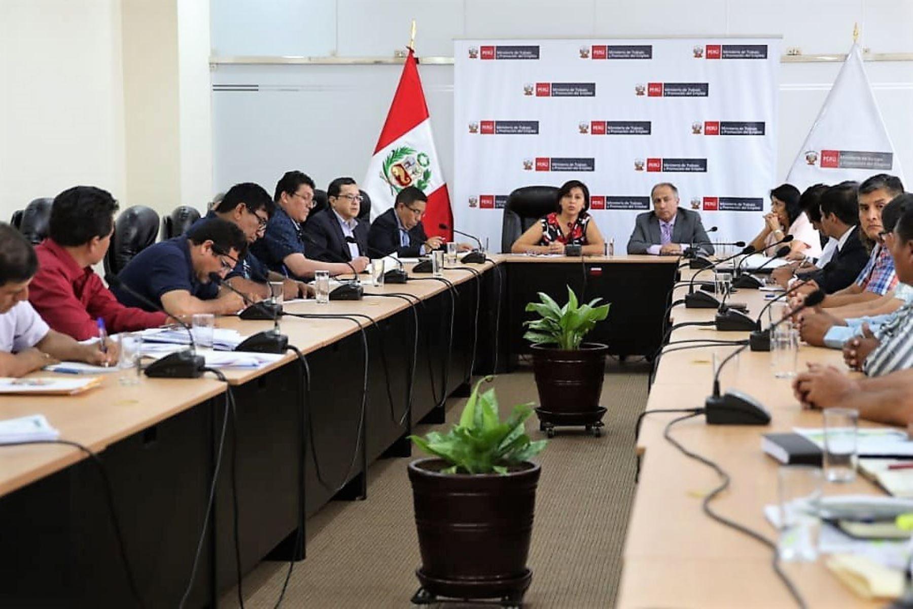 La ministra de Trabajo, Sylvia Cáceres, se reunión con dirigentes de los sindicatos mineros y con líderes de la CGTP.