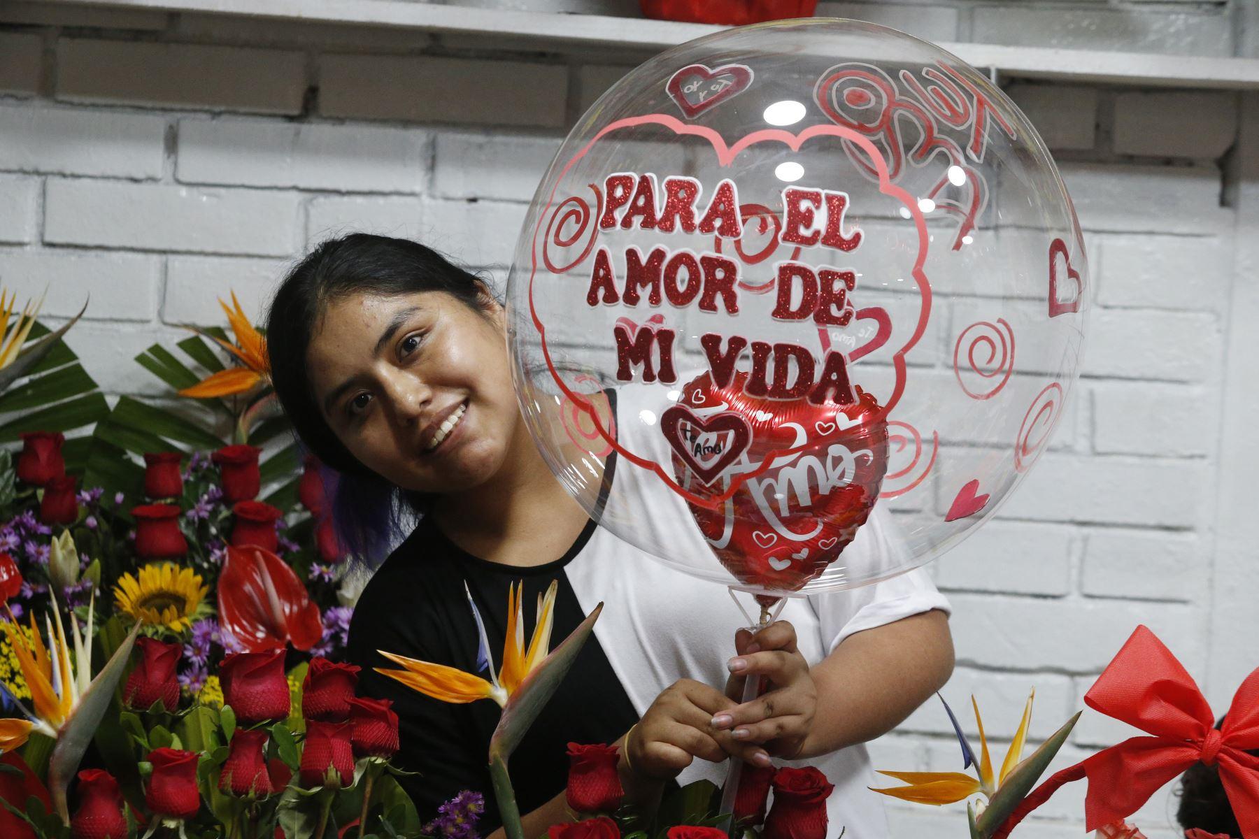 Limeños compran flores y peluches en el día de la amistad y el amor. Foto: ANDINA/Eddy Ramos