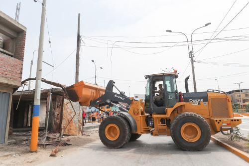 Ministro de Defensa supervisó demolición de viviendas afectadas por deflagración en Villa el Salvador