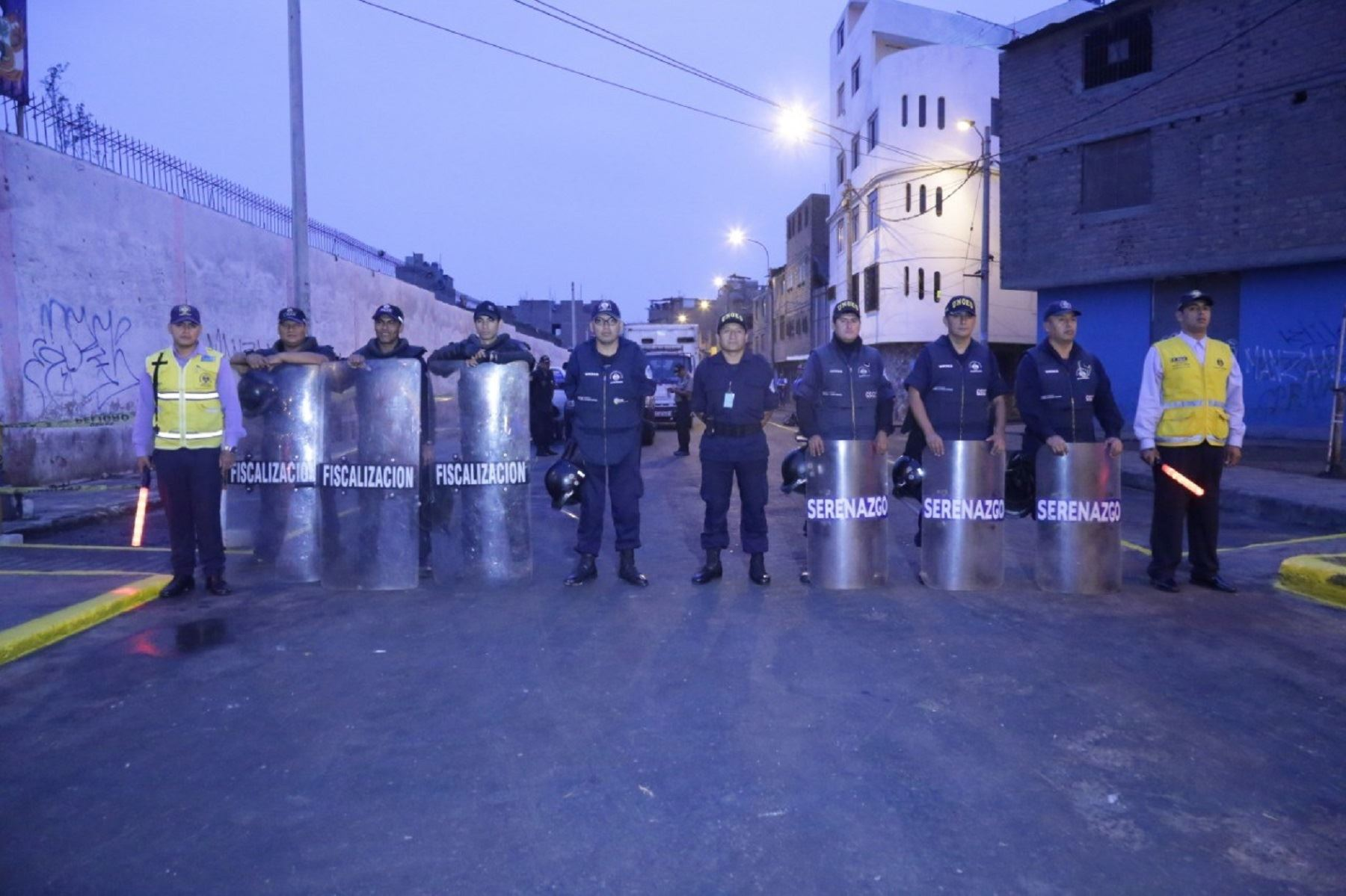La Municipalidad de Lima recuperó espacios públicos en la urbanización Manzanilla, en el Cercado, ocupados por comerciantes informales que obstruían el libre tránsito peatonal y vehicular.