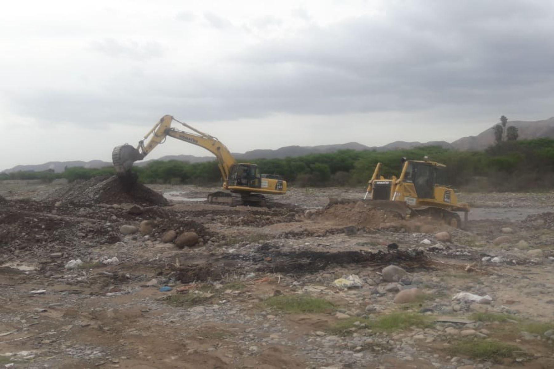 Con maquinaria del Programa Nuestras Ciudades del MVCS se efectúa la descolmatación y limpieza de ríos de Arequipa e Ica.