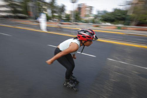 Deportistas disfrutan del cierre de avenida Arequipa