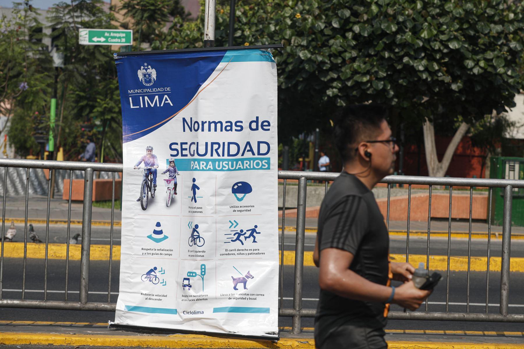 Cientos de ciclistas y corredores de todas las edades disfrutan el cierre del tramo total de la avenida Arequipa este domingo. Foto: ANDINA/Renato Pajuelo