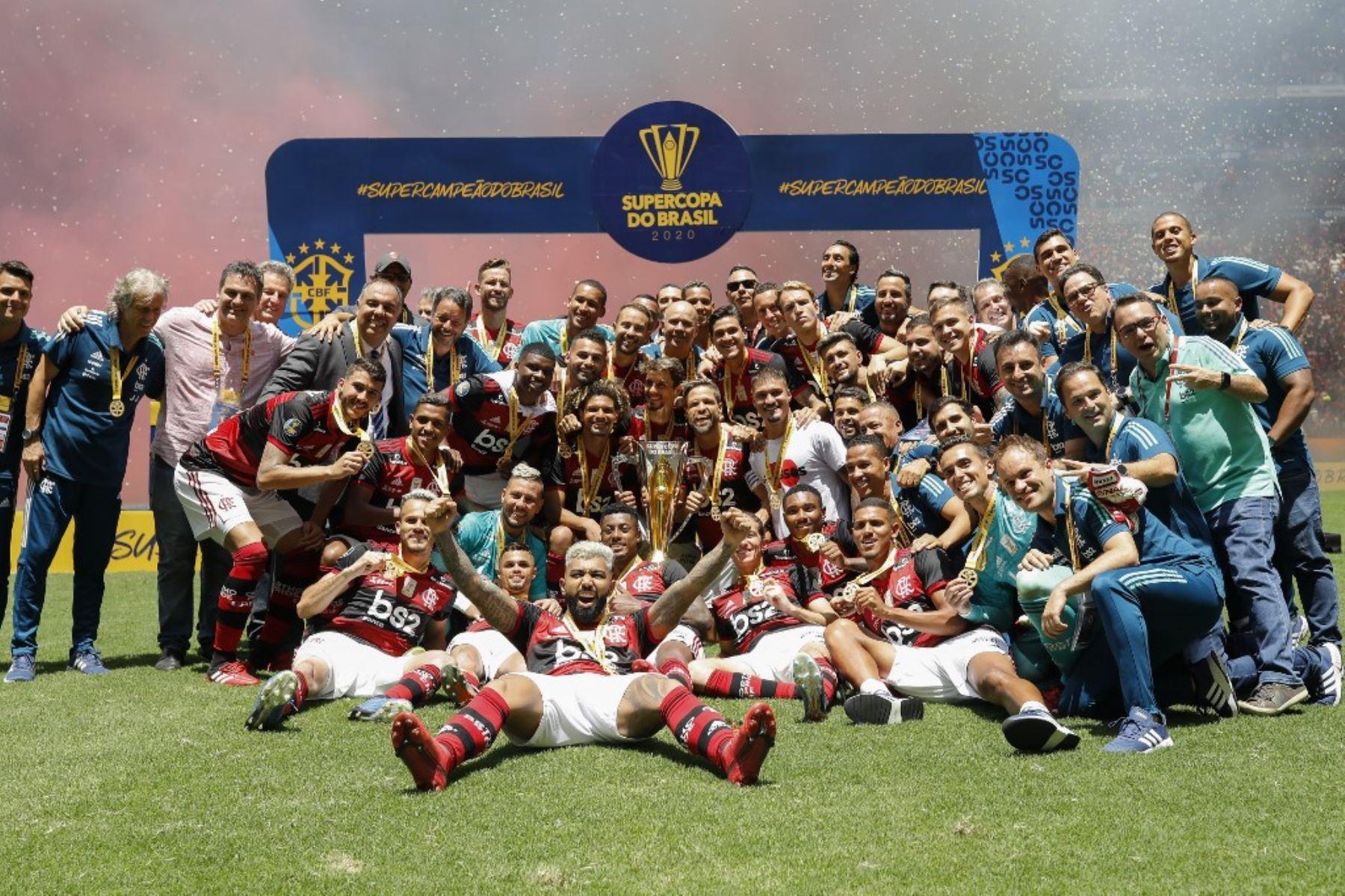 Flamengo se adjudicó este domingo por primera vez en su historia la Supercopa de Brasil al imponerse por 3-0 en la final al Athlético Paranaense