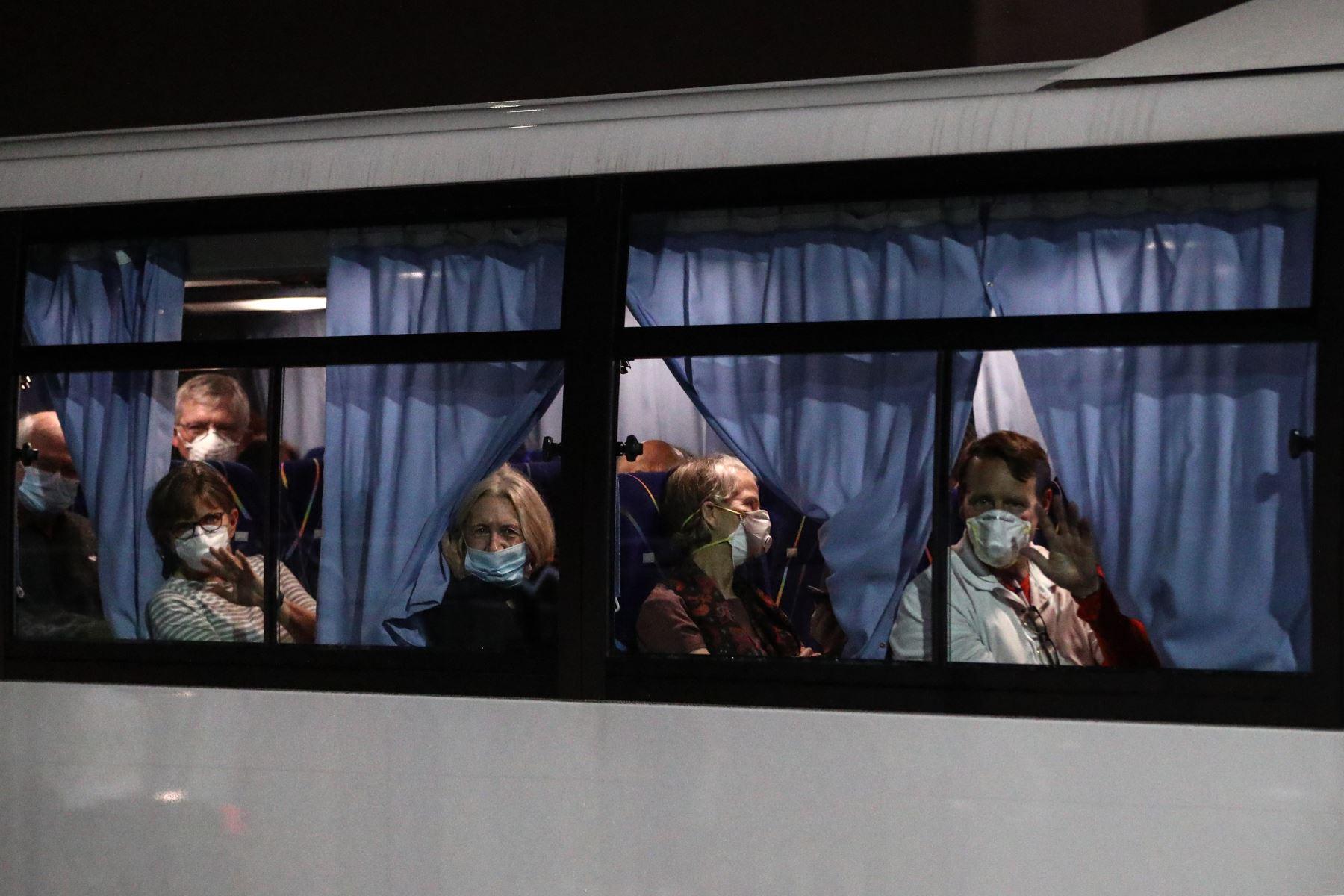 Estadounidenses comenzaron a abandonar un crucero en cuarentena para abordar vuelos fletados a casa debido que el número de casos de coronavirus diagnosticados en el barco aumentó a 355. Foto: AFP