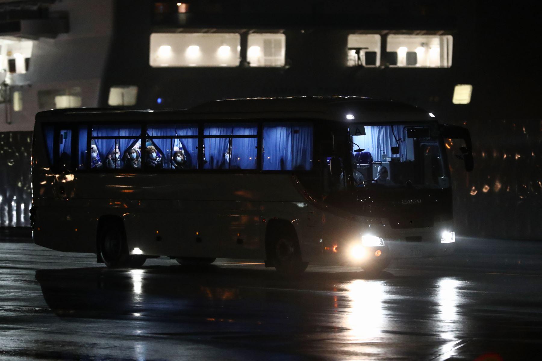 Japón, Yokohama.- Estadounidenses comenzaron a abandonar un crucero en cuarentena para abordar vuelos fletados a casa debido que el número de casos de coronavirus diagnosticados en el barco aumentó a 355. Foto: AFP