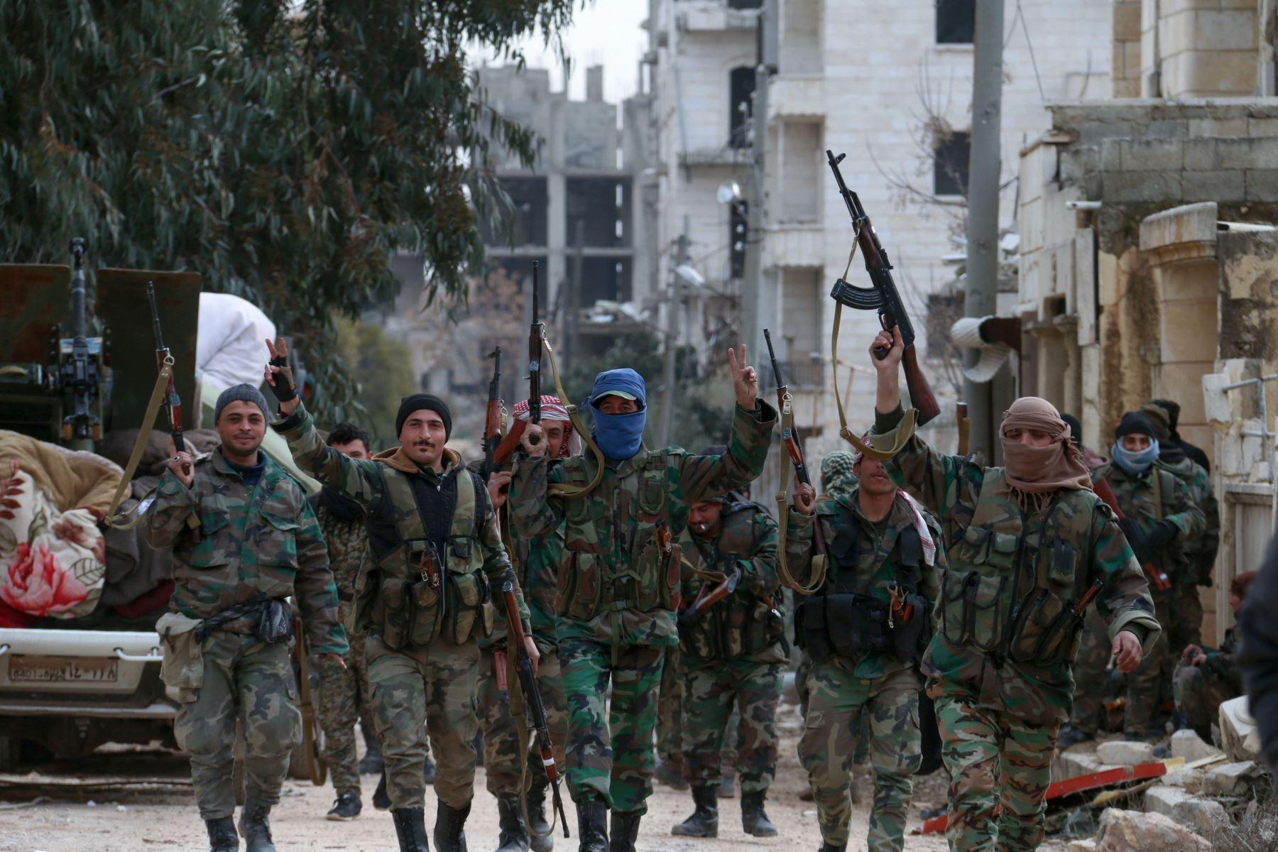 Los miembros del ejército sirio se despliegan en el distrito de al-Rashidin 1, en el campo del sudoeste de Alepo. Foto: AFP