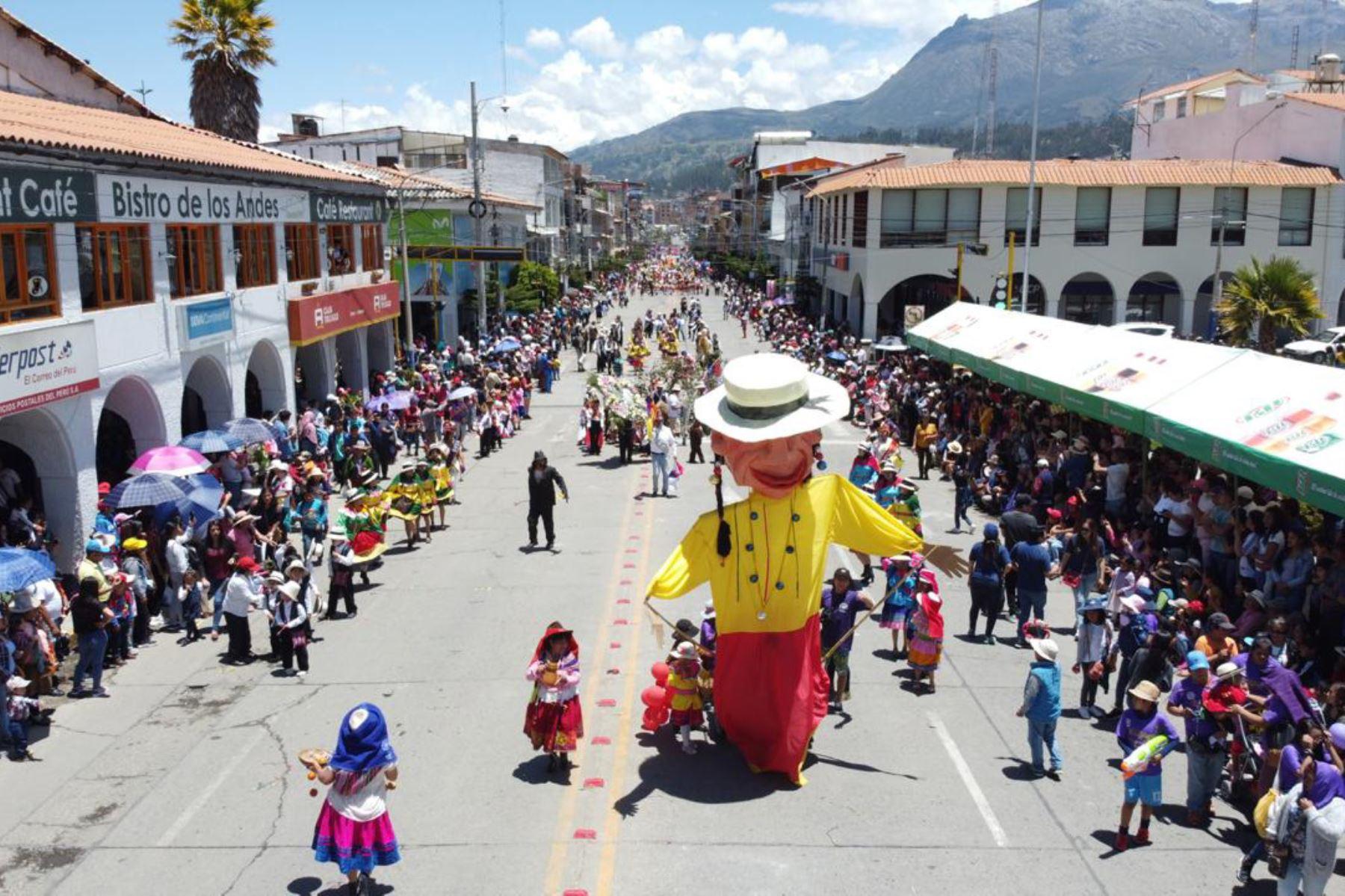En la capital de Áncash se vive el rompecalle del Carnaval Huaracino.