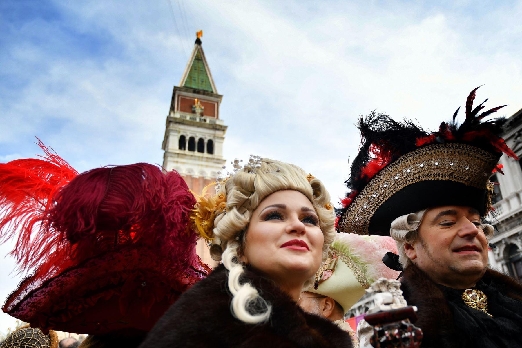Los participantes con una máscara y un traje de época participan en el Carnaval de Venecia  en la Plaza de San Marcos en Venecia. Foto: AFP