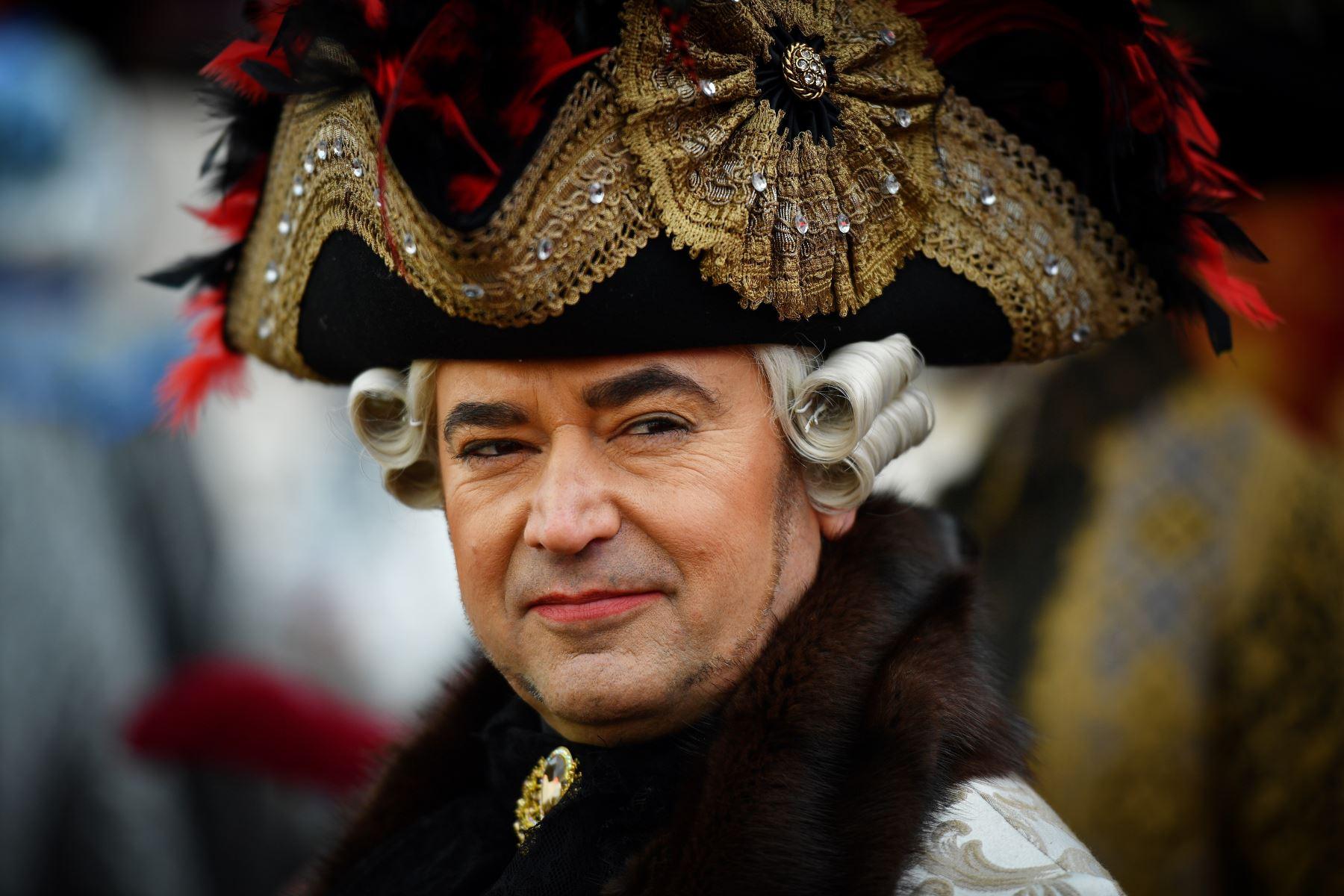 Un participante con un traje de época participa en el Carnaval de Venecia. Foto: AFP