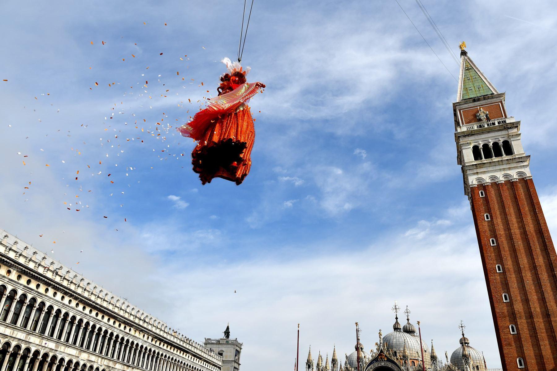 Linda Pani interpretó al ángel del Carnaval de Venecia y el tradicional vuelo desde el campanario de la plaza San Marcos cautivó a los miles de asistentes. Foto: AFP