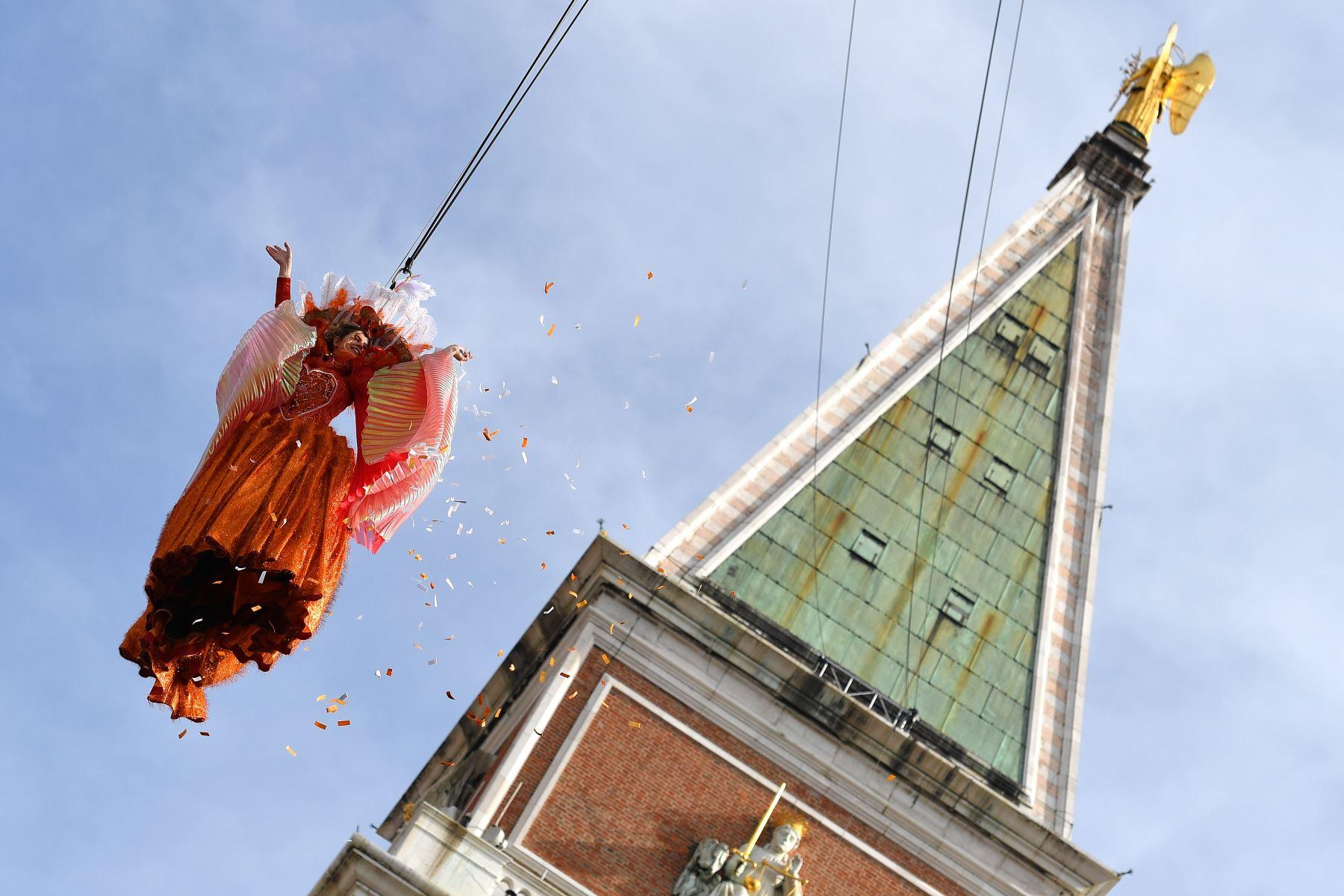 """Con tradicional """"vuelo del ángel"""" se dio inicio al Carnaval de Venecia en la plaza de San Marcos. Foto: AFP"""