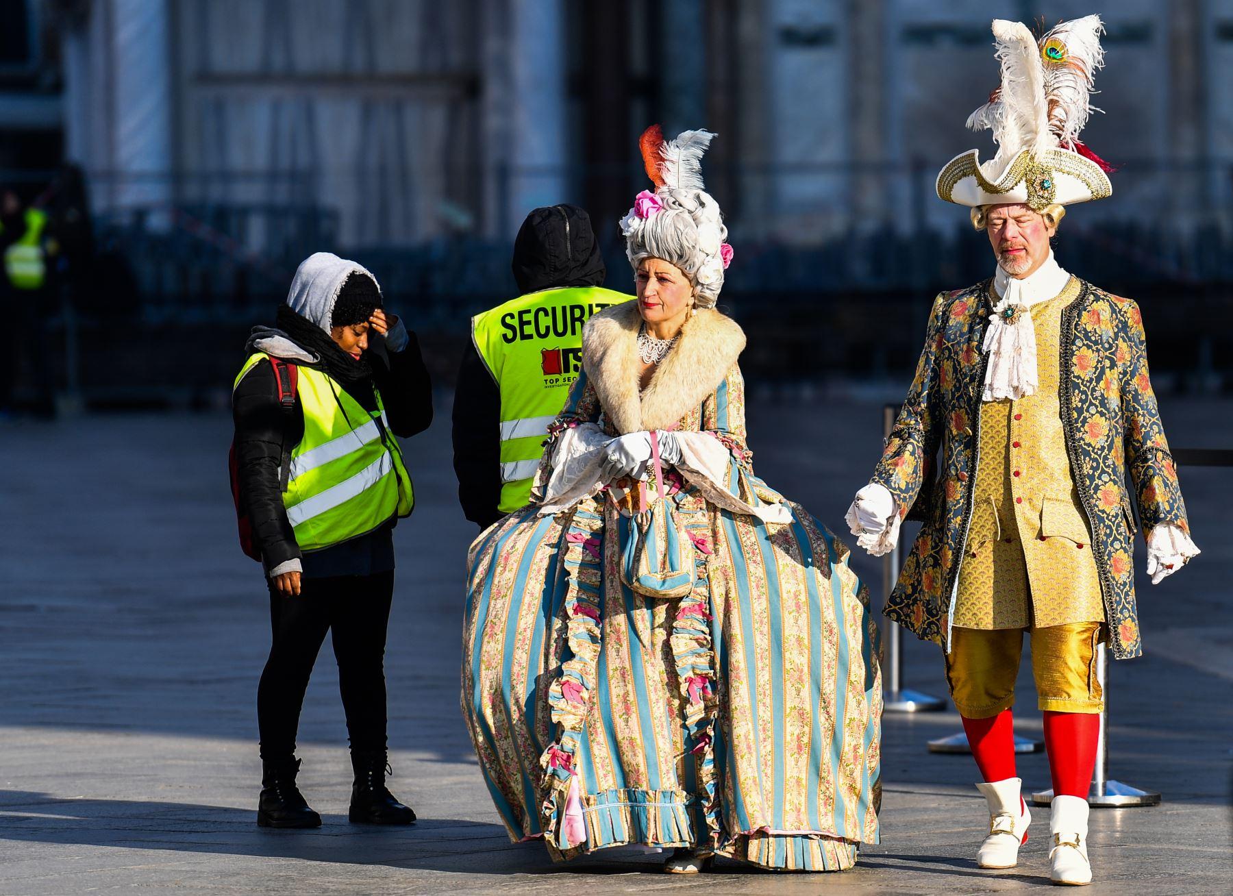 Los oficiales de seguridad revisan a los participantes con máscaras y trajes de época que acceden a la (Plaza de San Marcos durante el Carnaval de Venecia. Foto: AFP