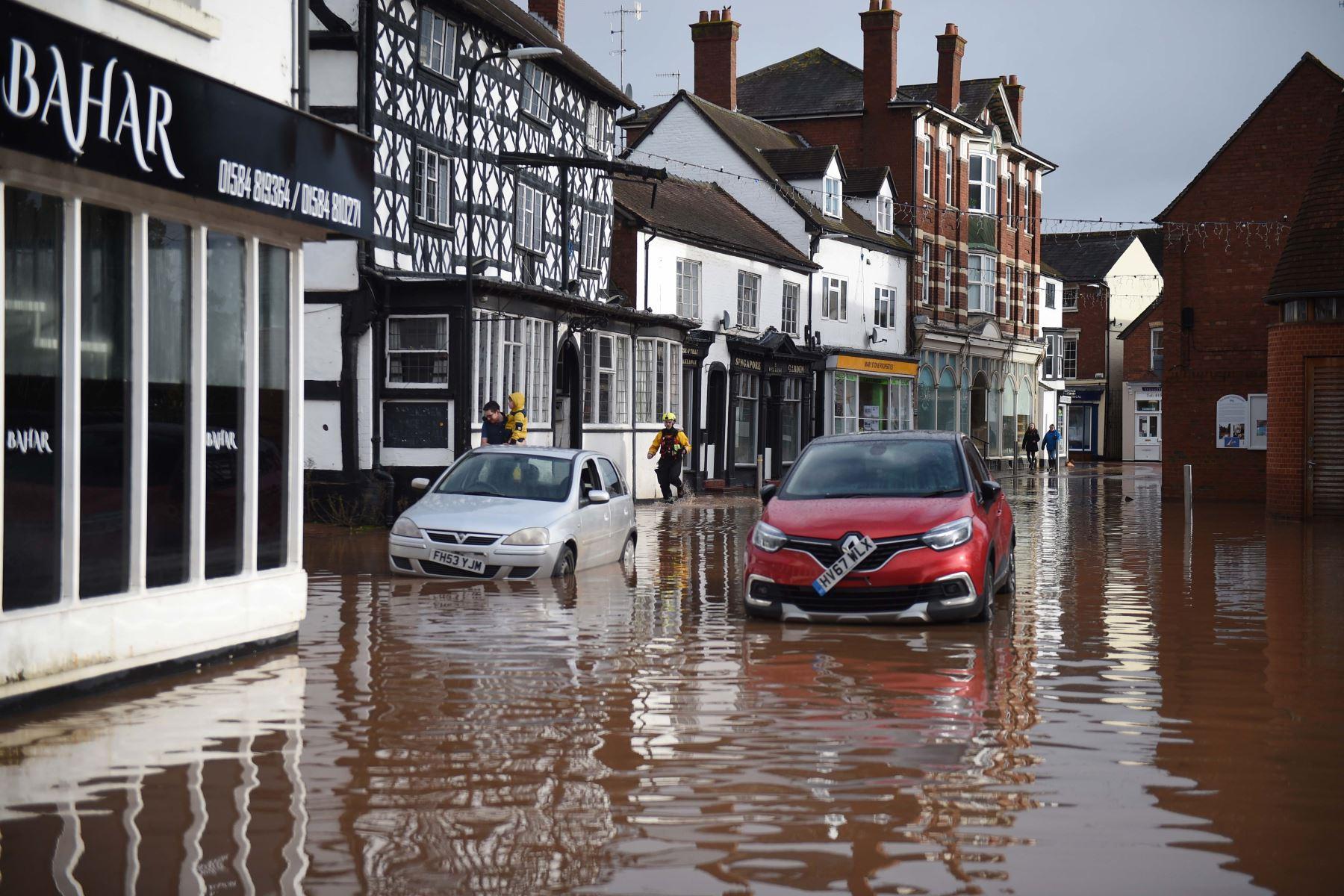 Algunas regiones del Reino Unido seguían inundadas y los transportes terrestres con problemas este lunes, al día siguiente del paso de la tormenta Dennis. Foto: AFP