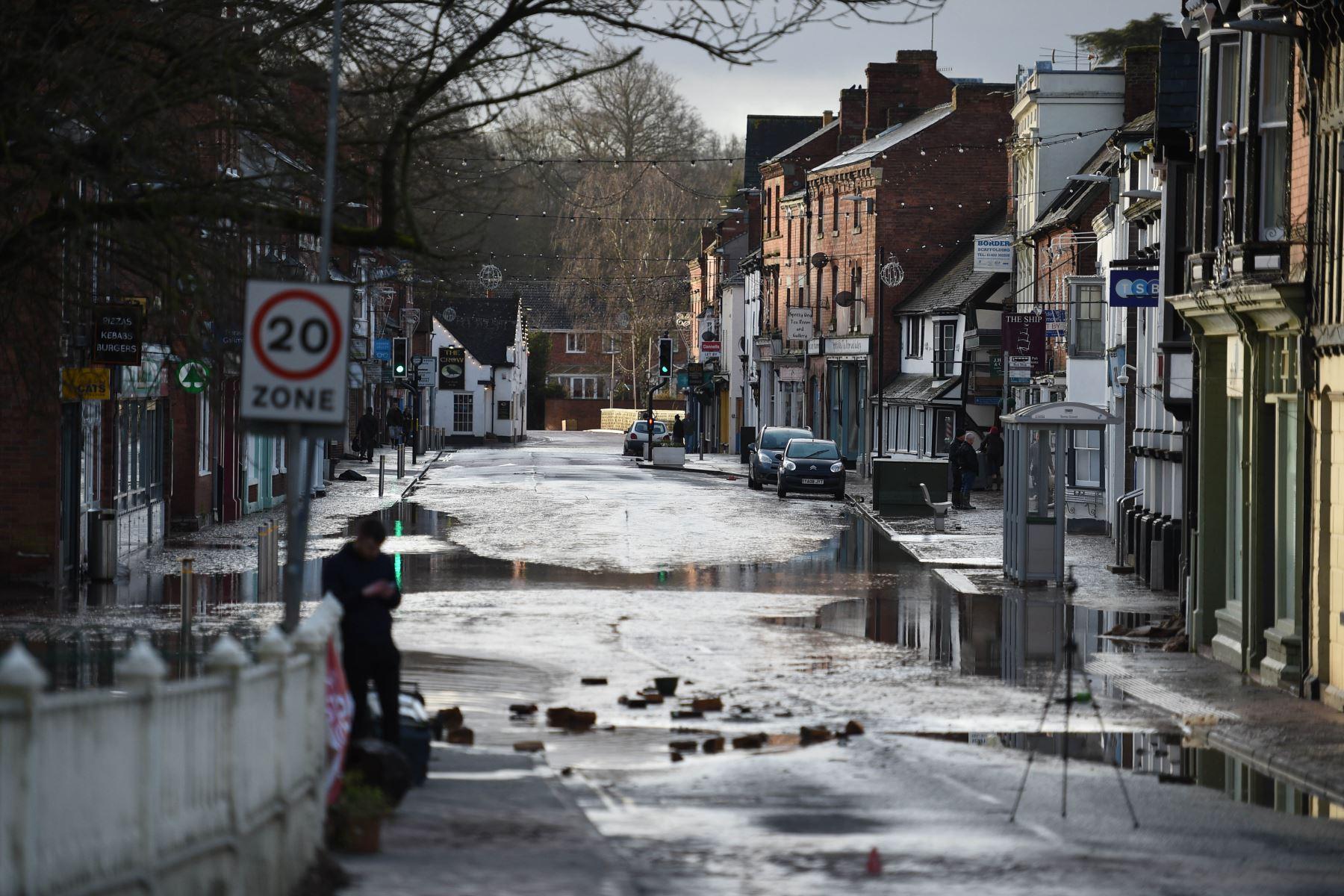 Agua estancada en una carretera en Tenbury Wells, en el oeste de Inglaterra. Foto: AFP
