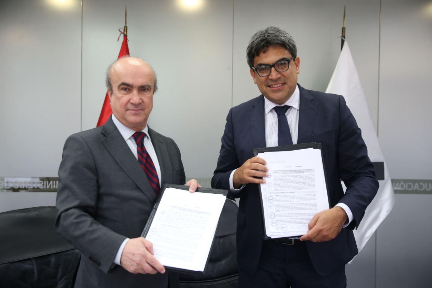 Ministro de Educación, Martín Benavides, y el secretario general de la OEI, Mariano Jabonero, suscribieron convenio.  Foto: Minedu