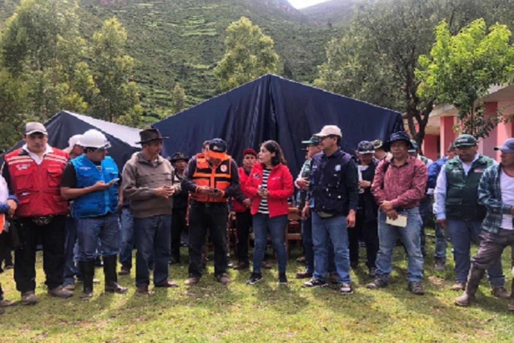 La viceministra de Interculturalidad, Angela Acevedo, coordina acciones para la debida atención a las familias damnificadas del centro poblado de Cocas (Ayacucho).