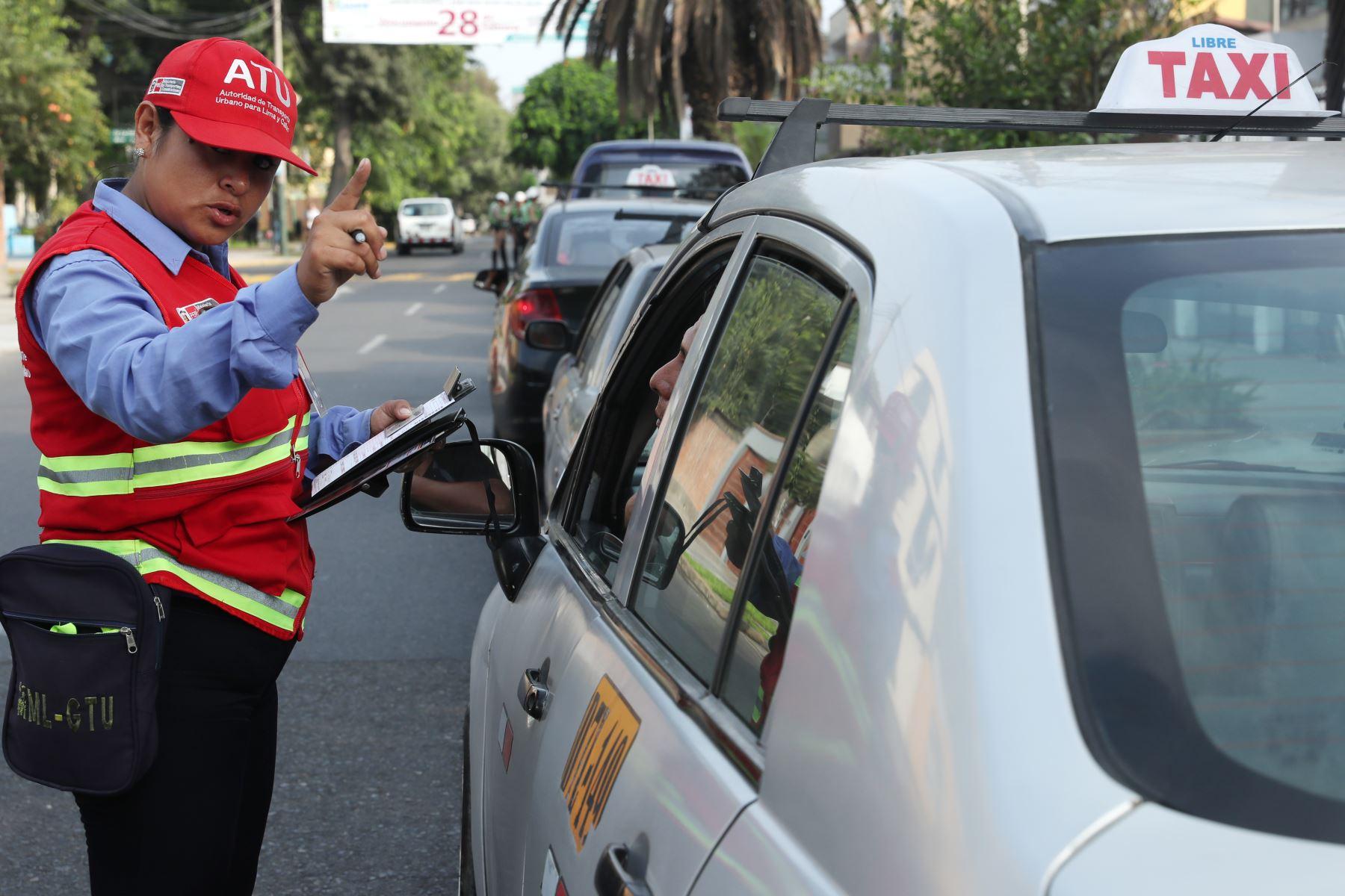Operativo conjunto de la PNP y el ATU (Autoridad de Transporte Urbano) contra autos colectivos, una modalidad no autorizada de transporte. Foto: ANDINA/Melina Mejía