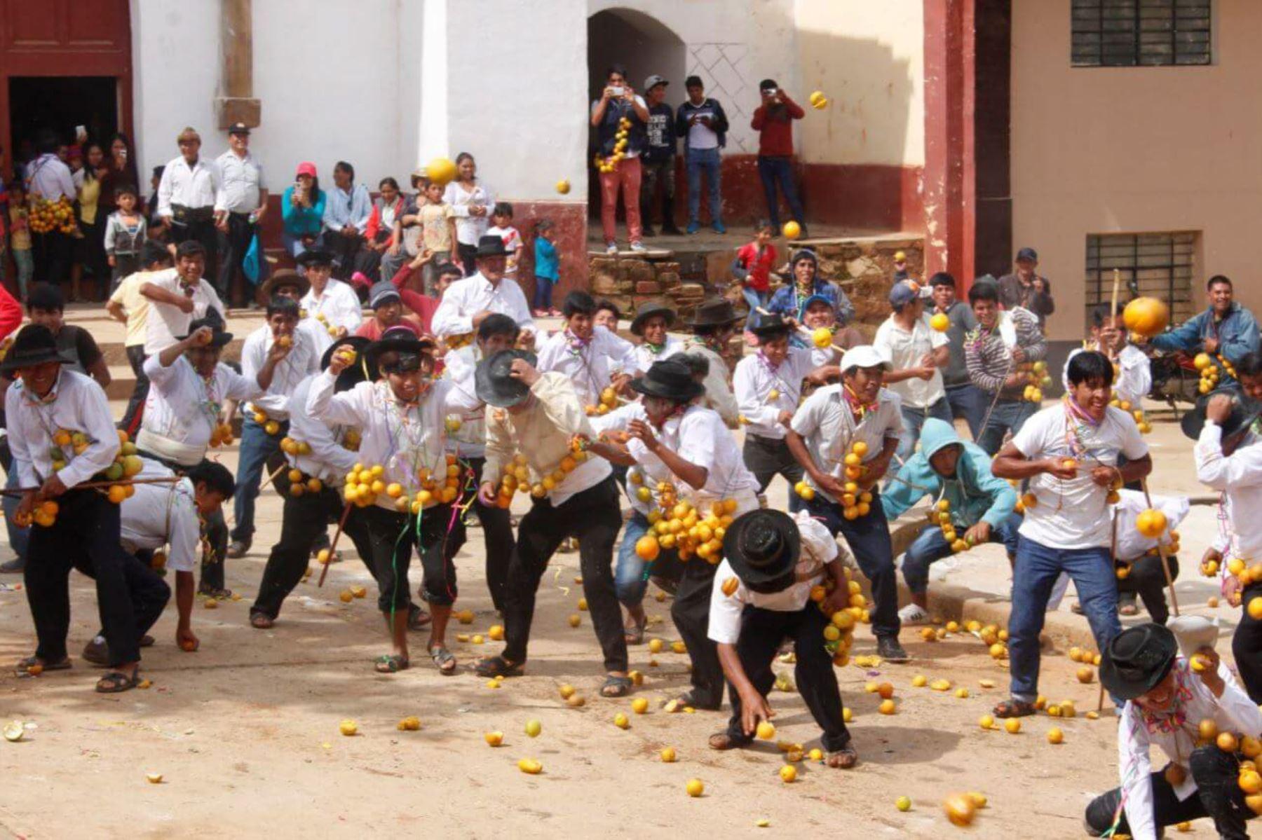 """El Carnaval Tinkuy, declarado Patrimonio Cultural de la Nación, tiene en la llamada """"guerra de las naranjas"""" a una de sus peculiares expresiones que rinden homenaje a la generosidad de la Pachamama o madre tierra."""
