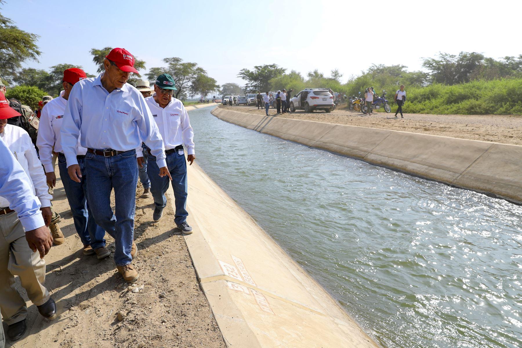 El presidente de la República, Martín Vizcarra, supervisa el funcionamiento del servicio de agua de riego del canal Mochumí, en Lambayeque. Foto: ANDINA/Prensa Presidencia