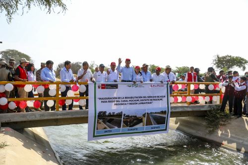 El Presidente de la República, Martín Vizcarra, supervisa el funcionamiento del servicio de agua de riego del canal Mochumí, en Lambayeque