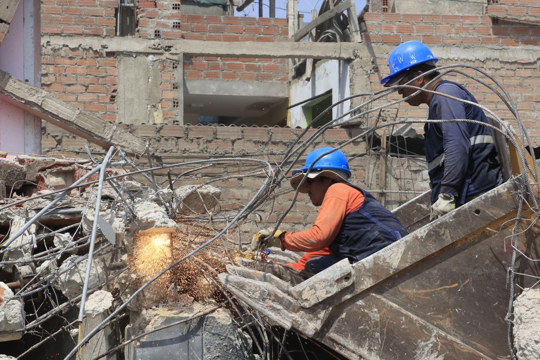 Personal de las FFAA con maquinaria pesada demuele viviendas que quedaron inhabitables producto de la deflagración de un camión cisterna con gas licuado en Villa El Salvador.  Foto:ANDINA / Juan Carlos Guzmán Negrini