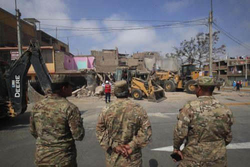 Personal de las FF. AA. con maquinaria pesada demuele viviendas que quedaron inhabitables producto de la deflagración de un camión cisterna con gas licuado en Villa El Salvador
