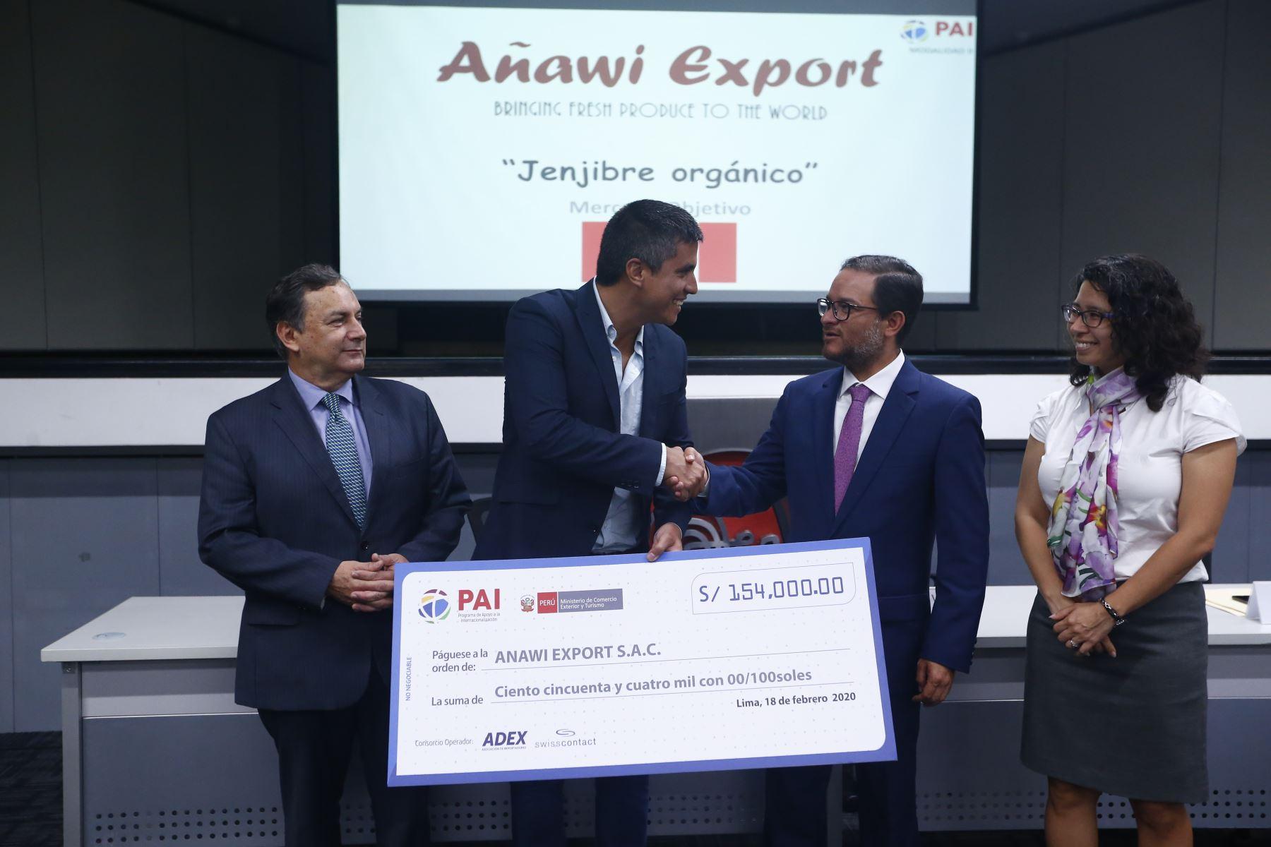 El representante de la empresa Anawi Export recibe un cheque por 154 mil soles. Foto: ANDINA/Jhonel Rodríguez Robles