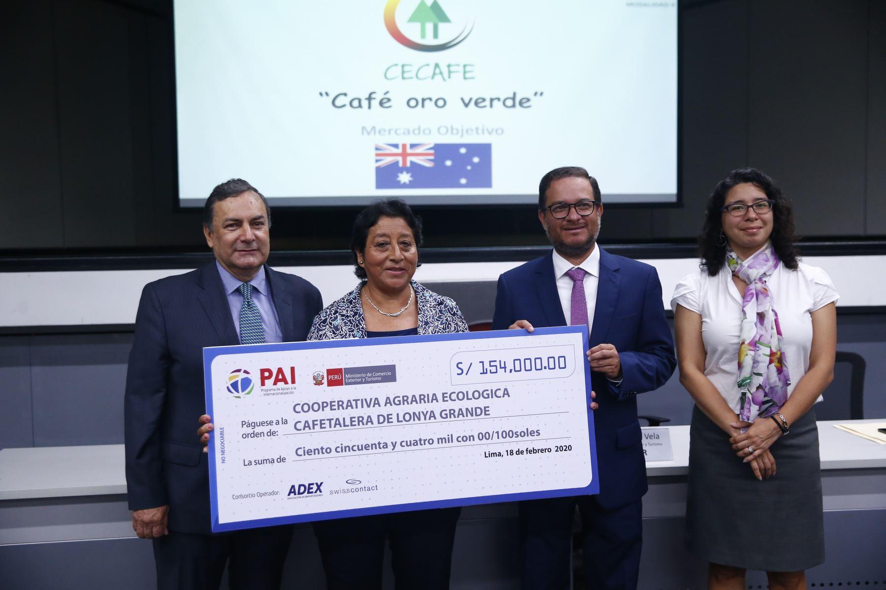 La Cooperativa Agraria Ecológica Cafetalera de Lonya Grande recibe un cheque por 154 mil soles. Foto: ANDINA/Jhonel Rodríguez Robles