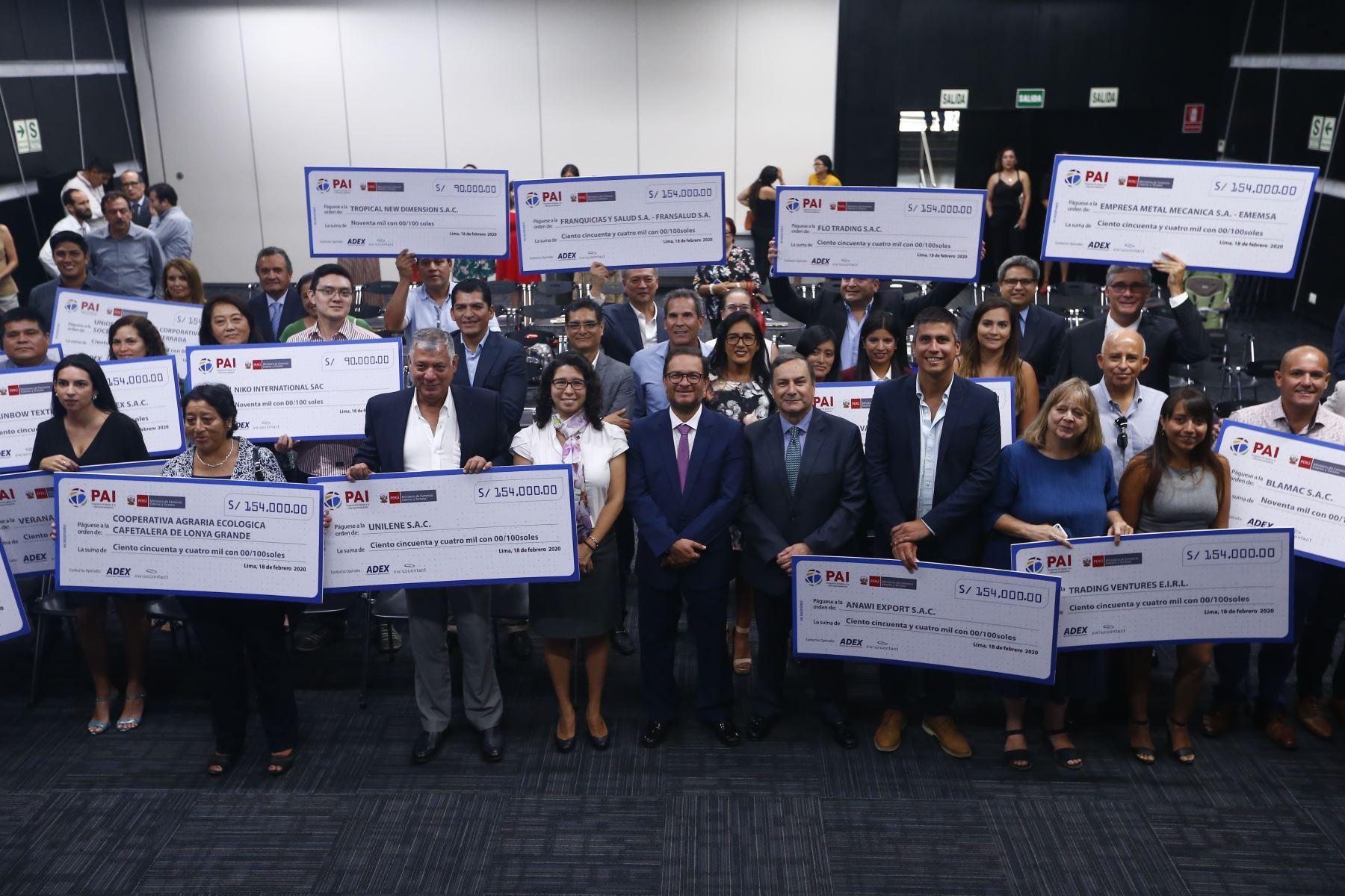 Al final del evento, los beneficiados posaron para la foto con sus respectivos cheques. Foto: ANDINA/Jhonel Rodríguez Robles