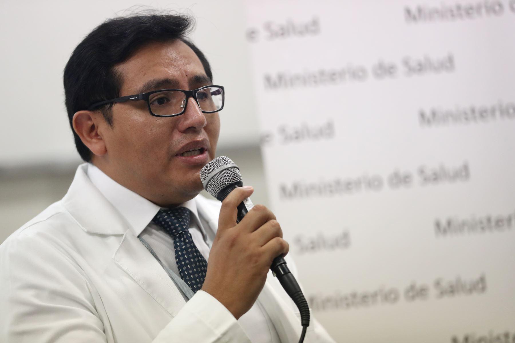 Dr. Leonel Rojas, Jefe del Banco de Ojos HMA estuvo a cargo de las intervenciones quirúrgicas.  Foto: ANDINA/Melina Mejía