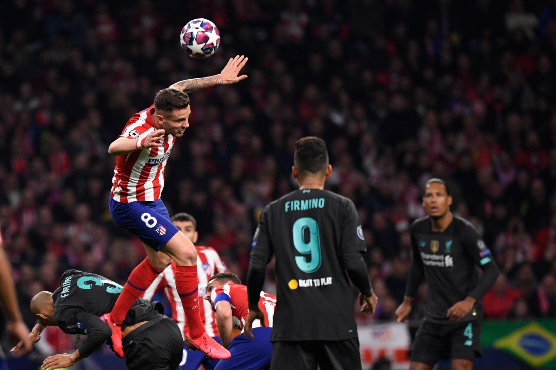 El centrocampista español del Atlético de Madrid, Saúl Niguez, encabeza el balón durante la UEFA Champions League, octavos de final.Foto:AFP