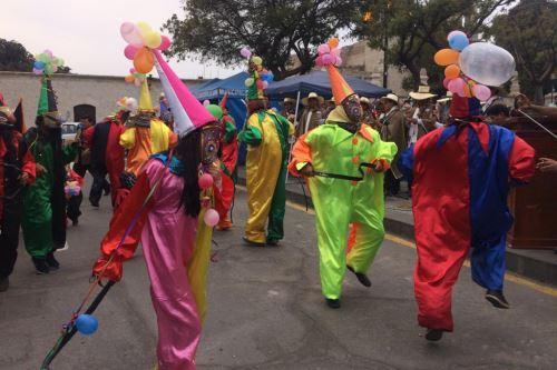 Los arlequines o mojigangos volverán a tomar las calles de Cayma este domingo durante celebración de carnaval.
