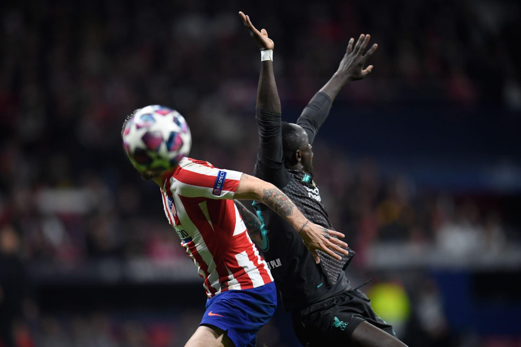 El delantero senegalés del Liverpool Sadio Mane (R) desafía al defensor croata del Atlético de Madrid Sime Vrsaljko durante la Liga de Campeones de la UEFA, octavos de final.Foto:AFP