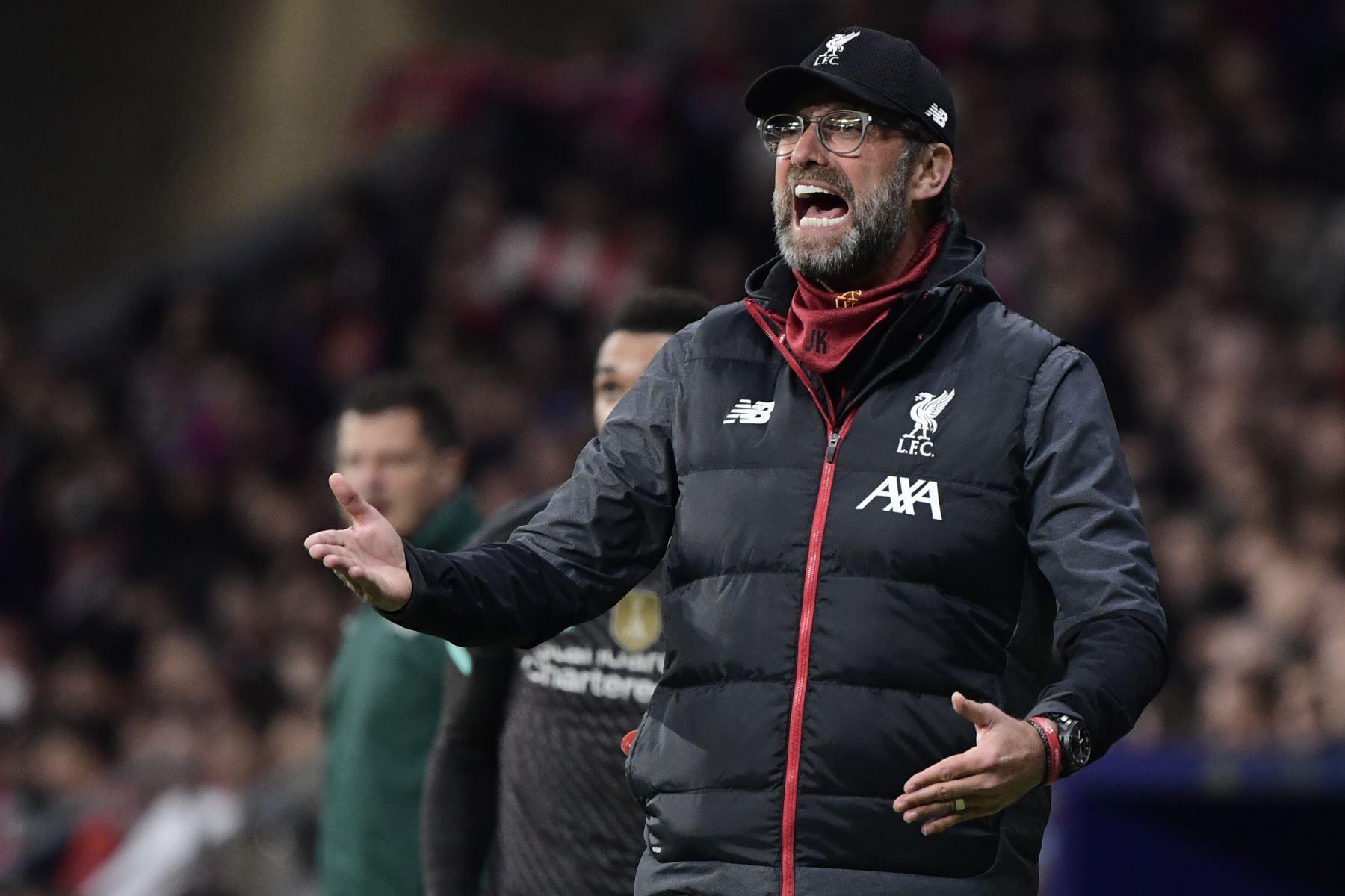 El entrenador alemán del Liverpool, Jurgen Klopp, hace gestos durante la UEFA Champions League, octavos de final, partido de fútbol de ida entre el Club Atlético de Madrid y el Liverpool FC en el estadio Wanda Metropolitano de Madrid-Foto:AFP